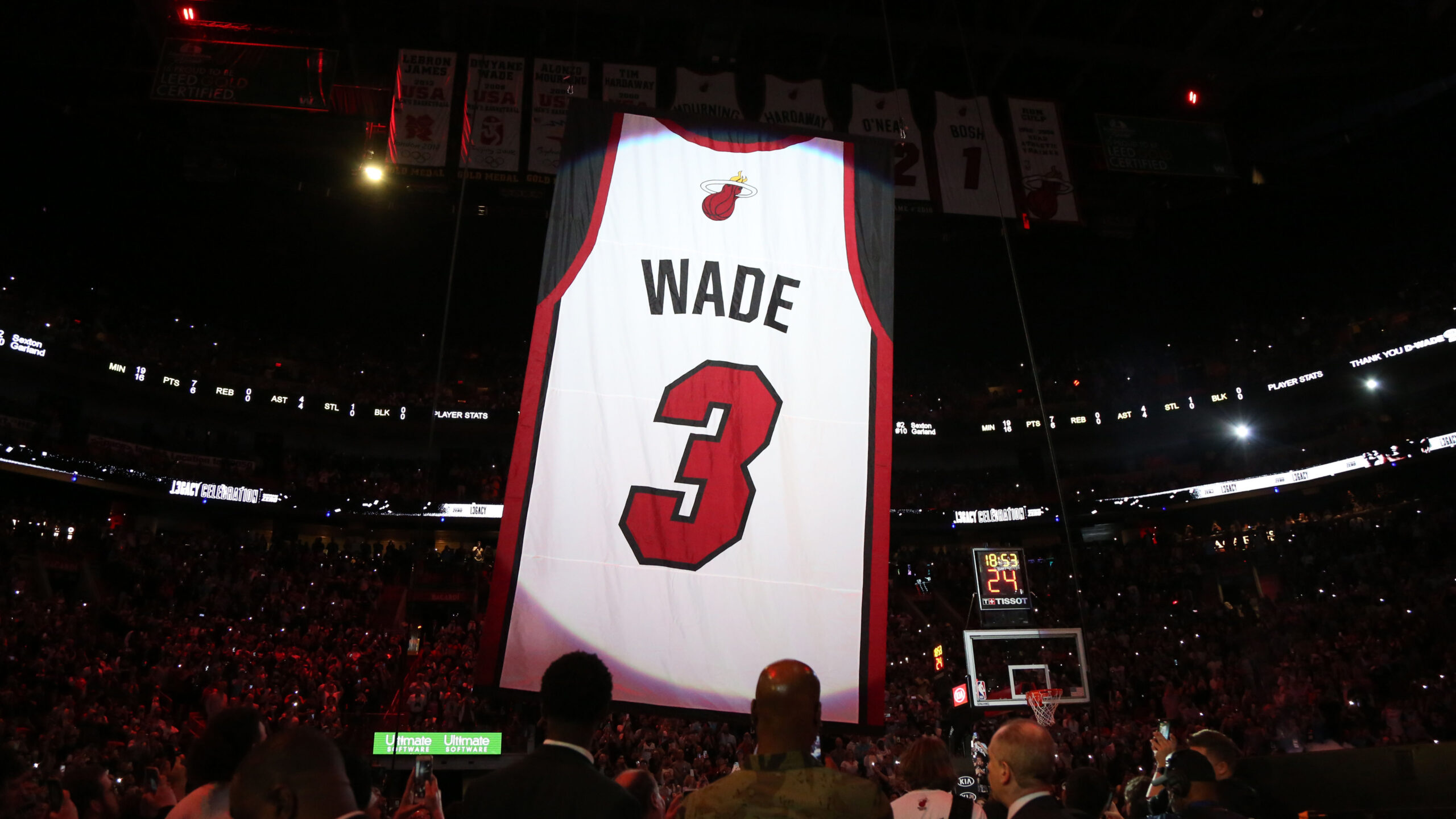 Wade expresses his gratitude at jersey retirement ceremony