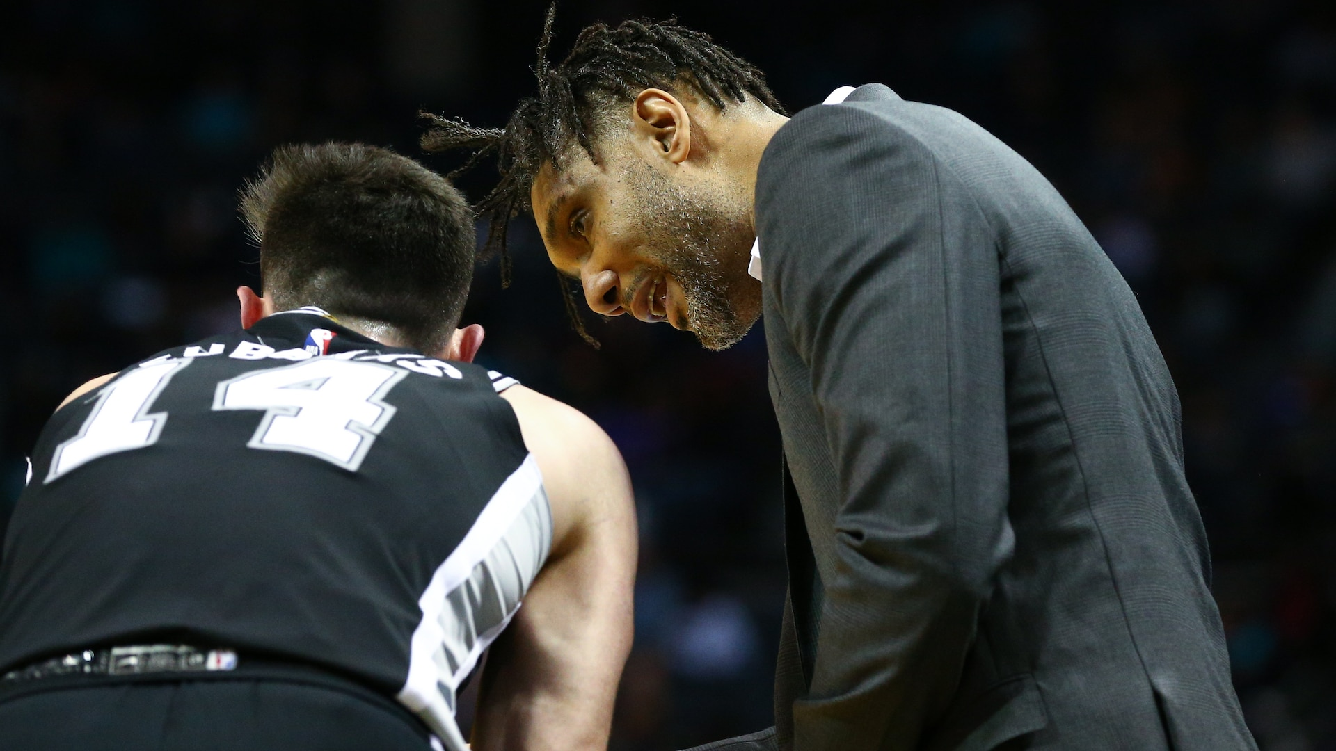 Tim Duncan makes head coaching debut in Spurs' win against Hornets