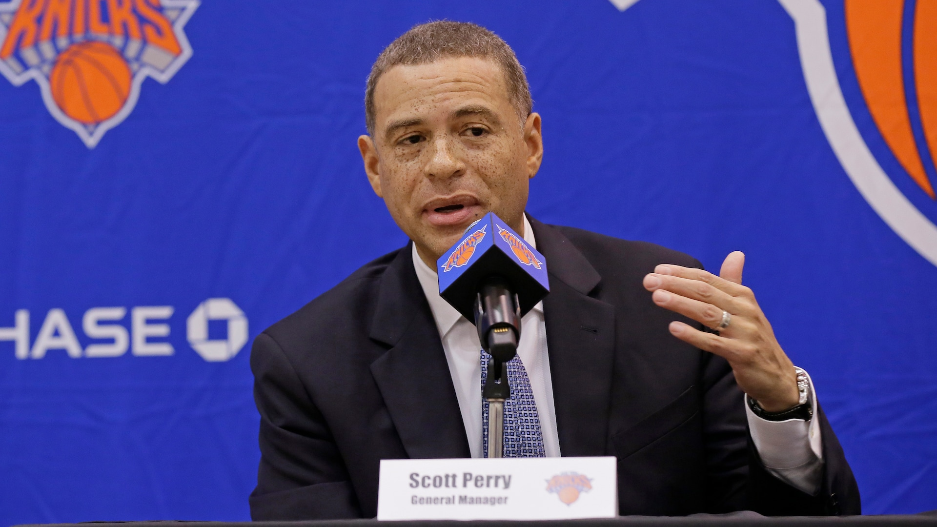 Knicks reach 1-year deal with GM Scott Perry