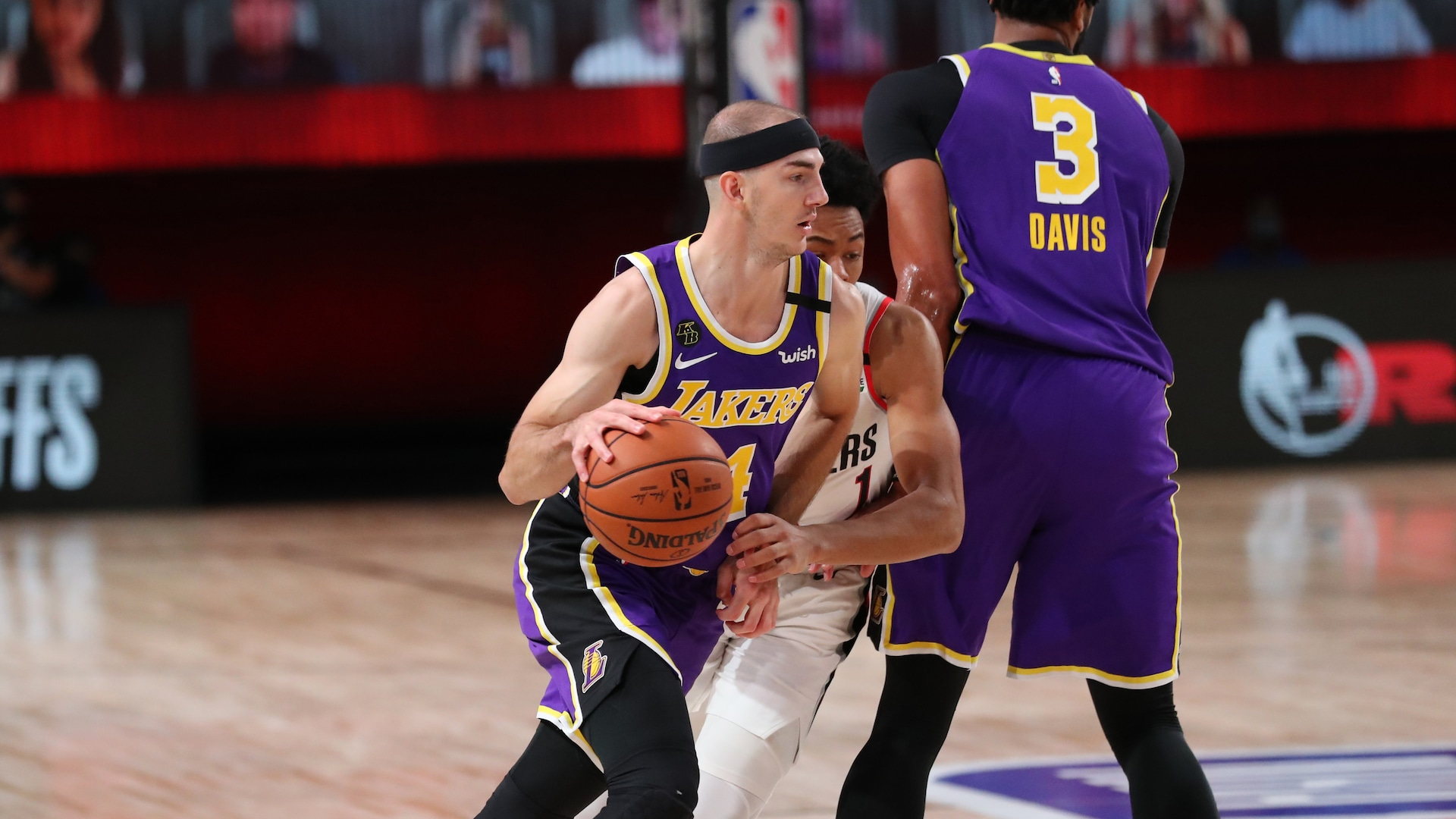 Lakers receive boost from Alex Caruso in Game 3 win