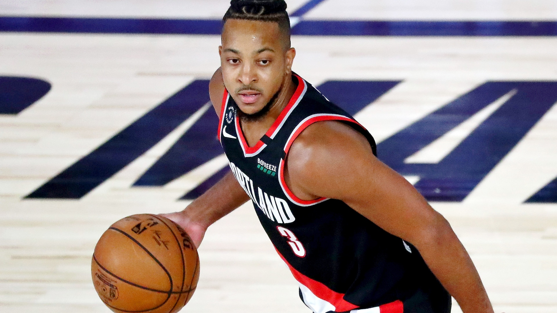 Report: CJ McCollum playing through fractured back