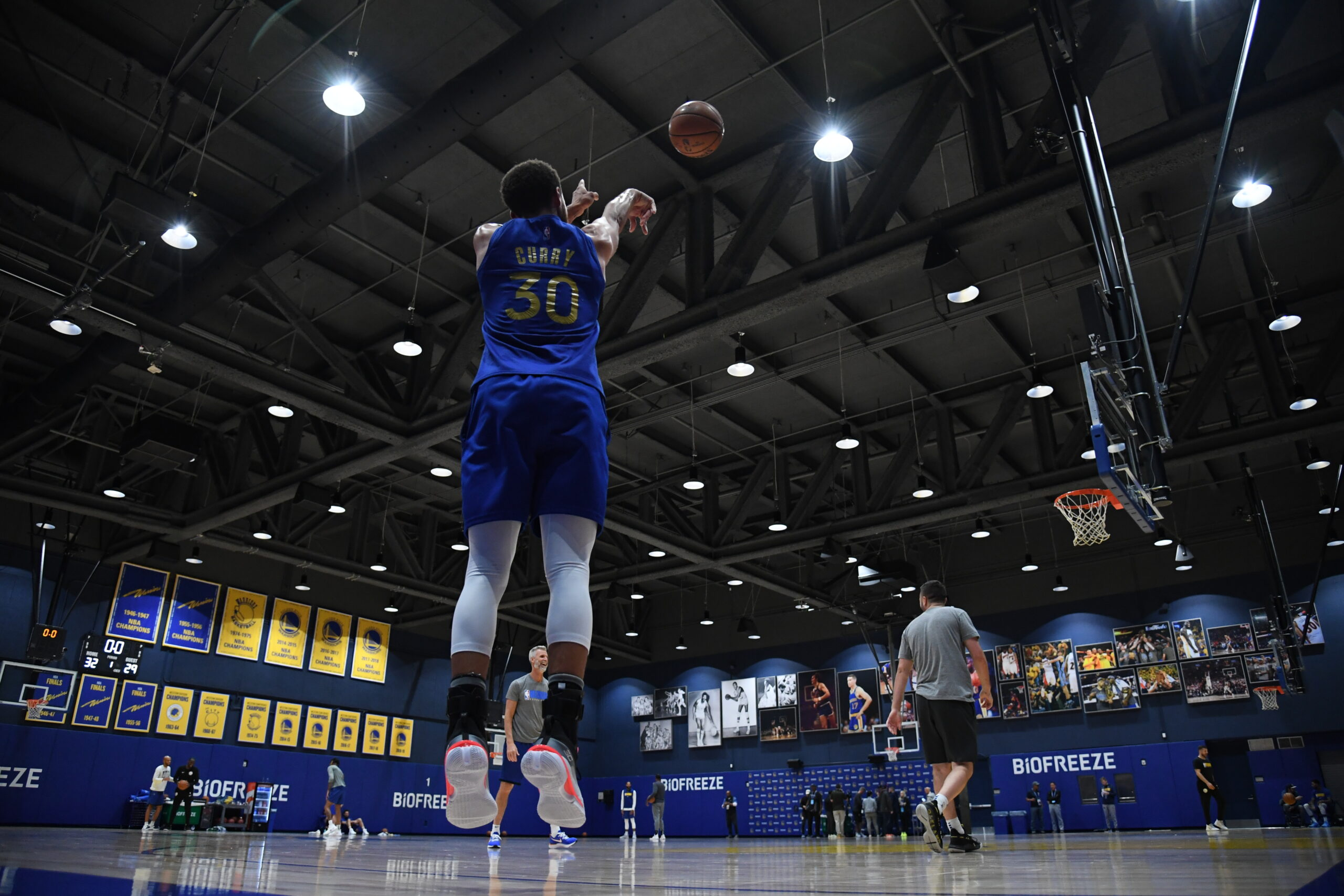 Stephen Curry drills 105 straight 3s in practice