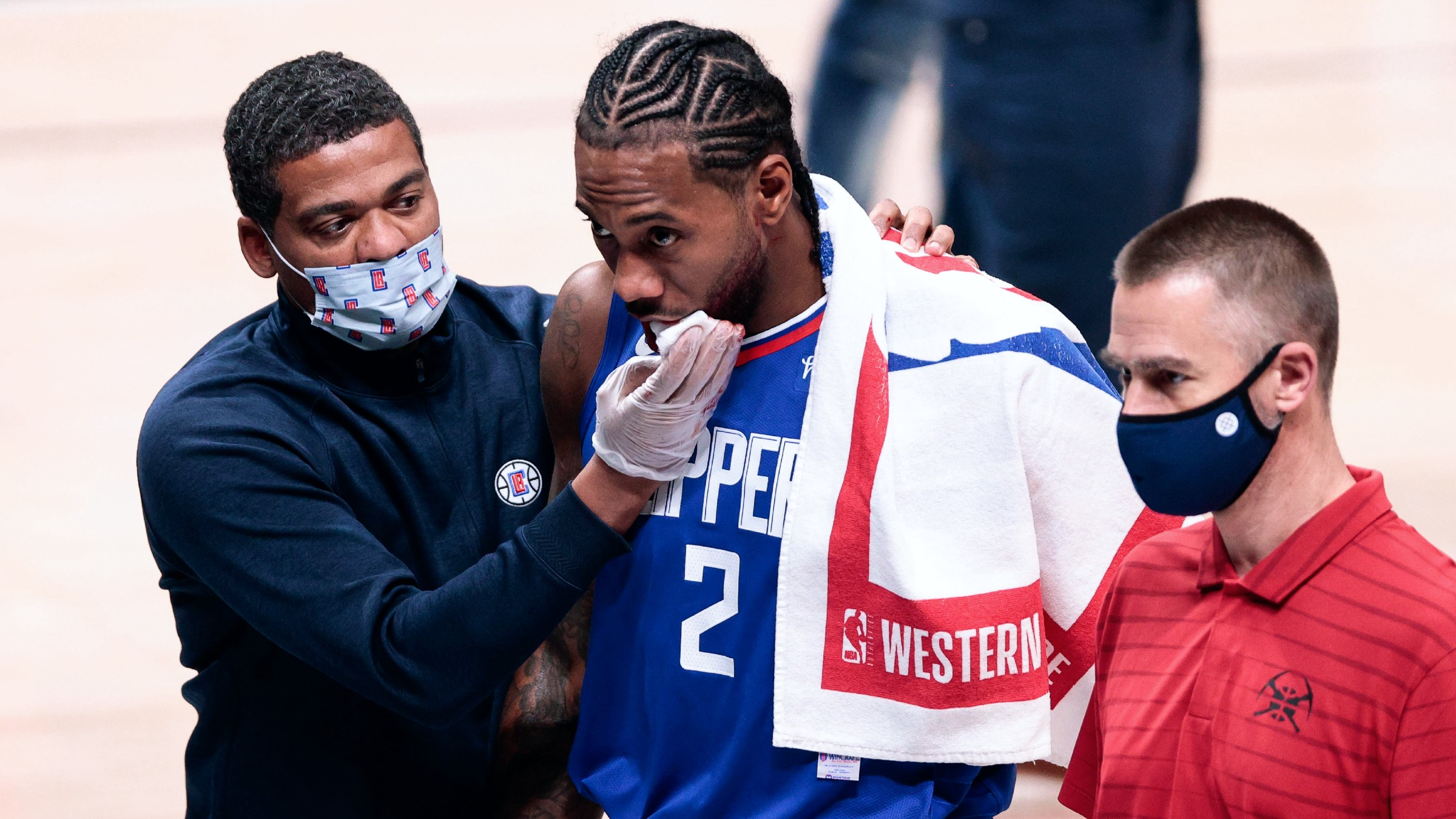 Kawhi Leonard leaves game with facial injury