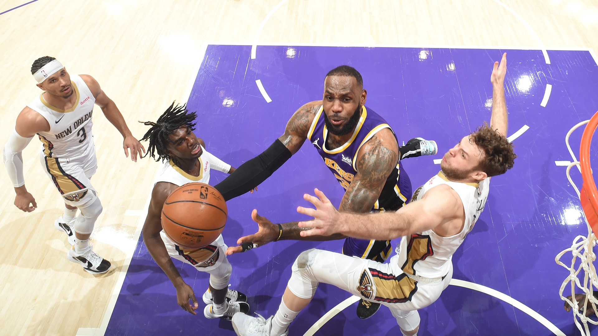 Lakers Use 24-3 Run To Cruise To 5th Consecutive Victory