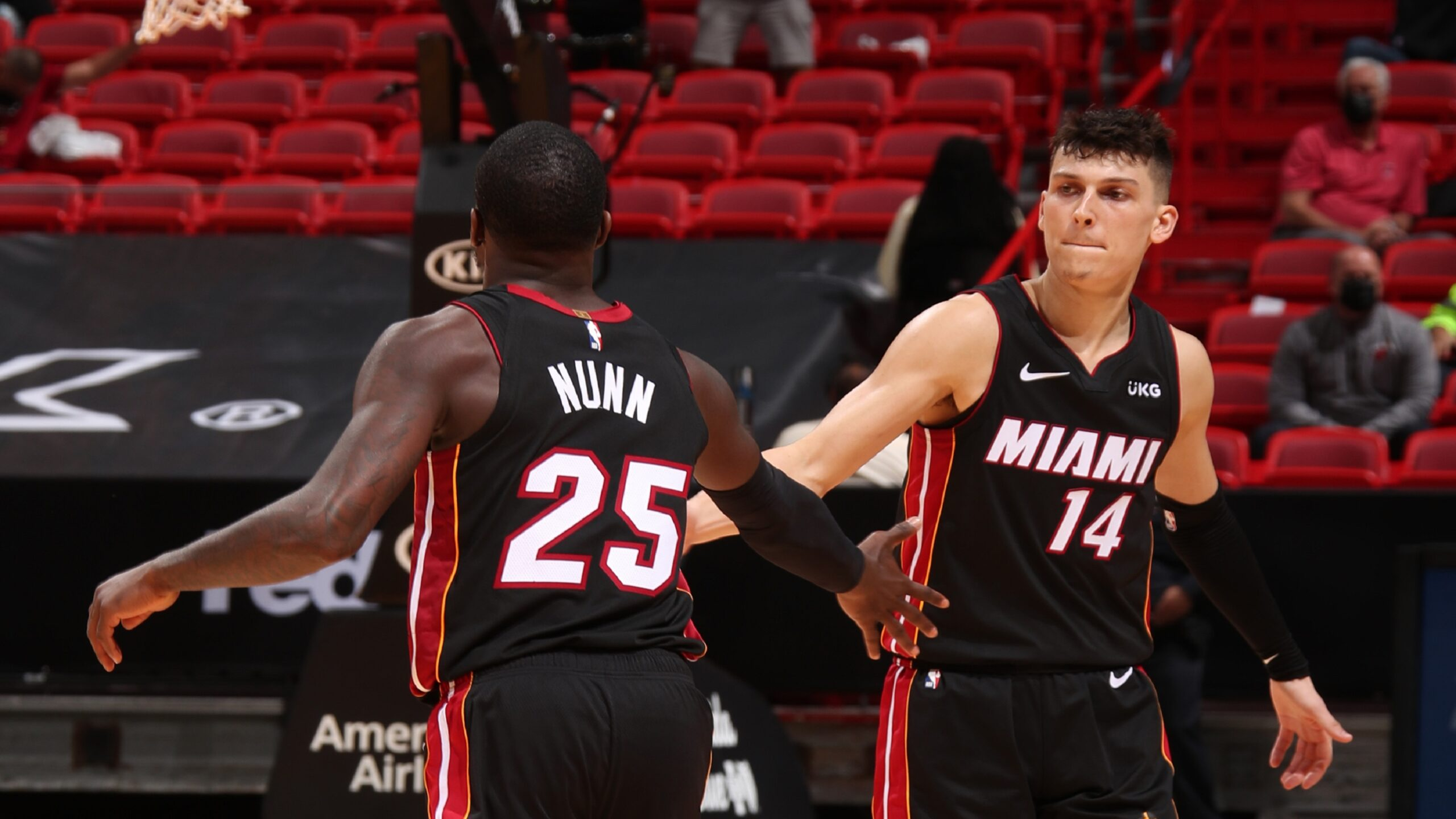 Heat finish strong, clip Hawks for 6th straight win