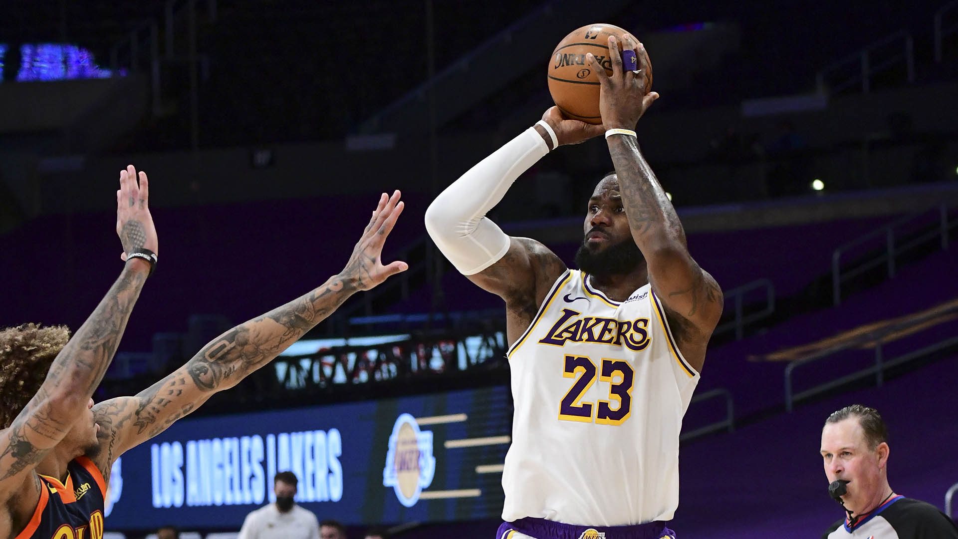 Lakers race out to quick start, demolish Warriors