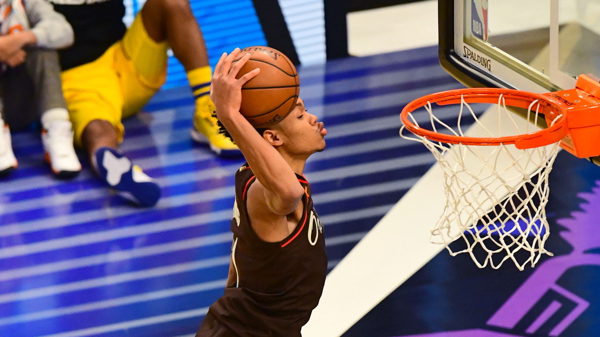Simons holds off Toppin to claim AT&T Slam Dunk