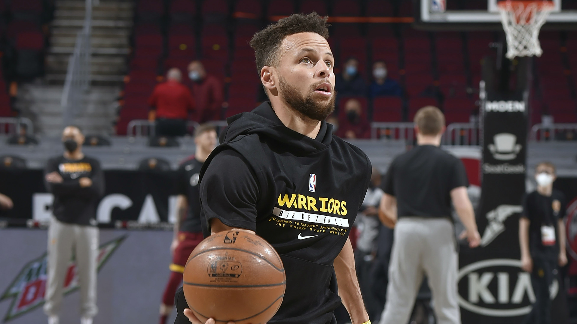 Sizzling Curry, Warriors look to snap Sixers' streak