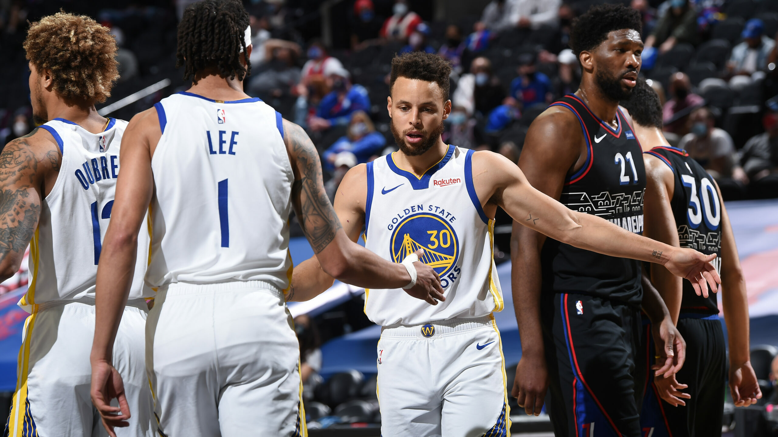 Curry stays hot, drops 49 in win over Sixers