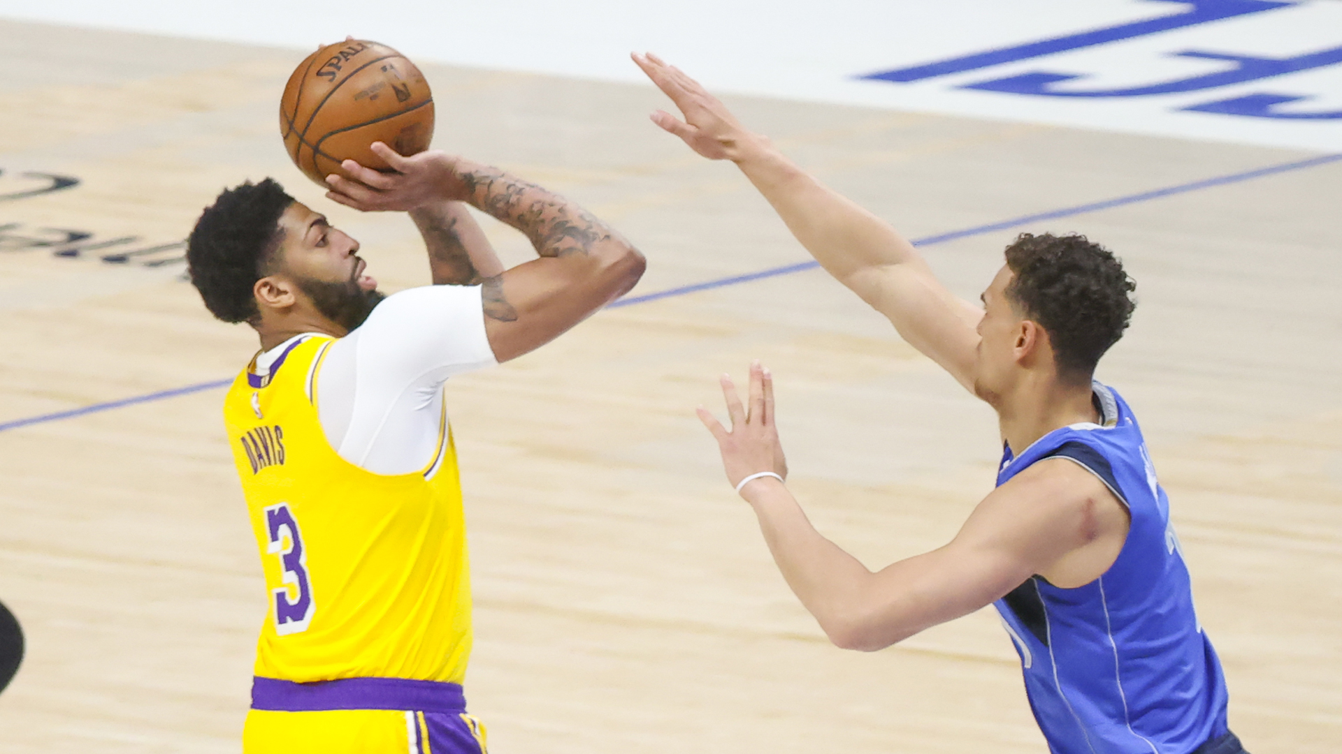 Lakers' Anthony Davis returns after 30-game absence, scores 4 points