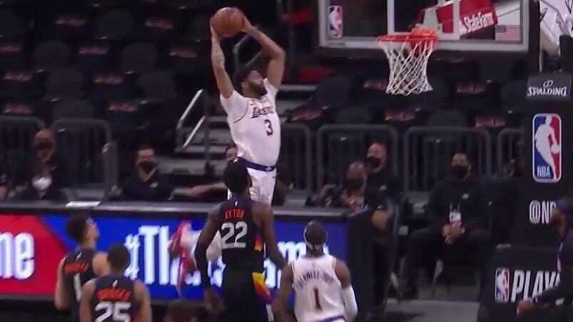 Davis rises to throw down huge alley-oop