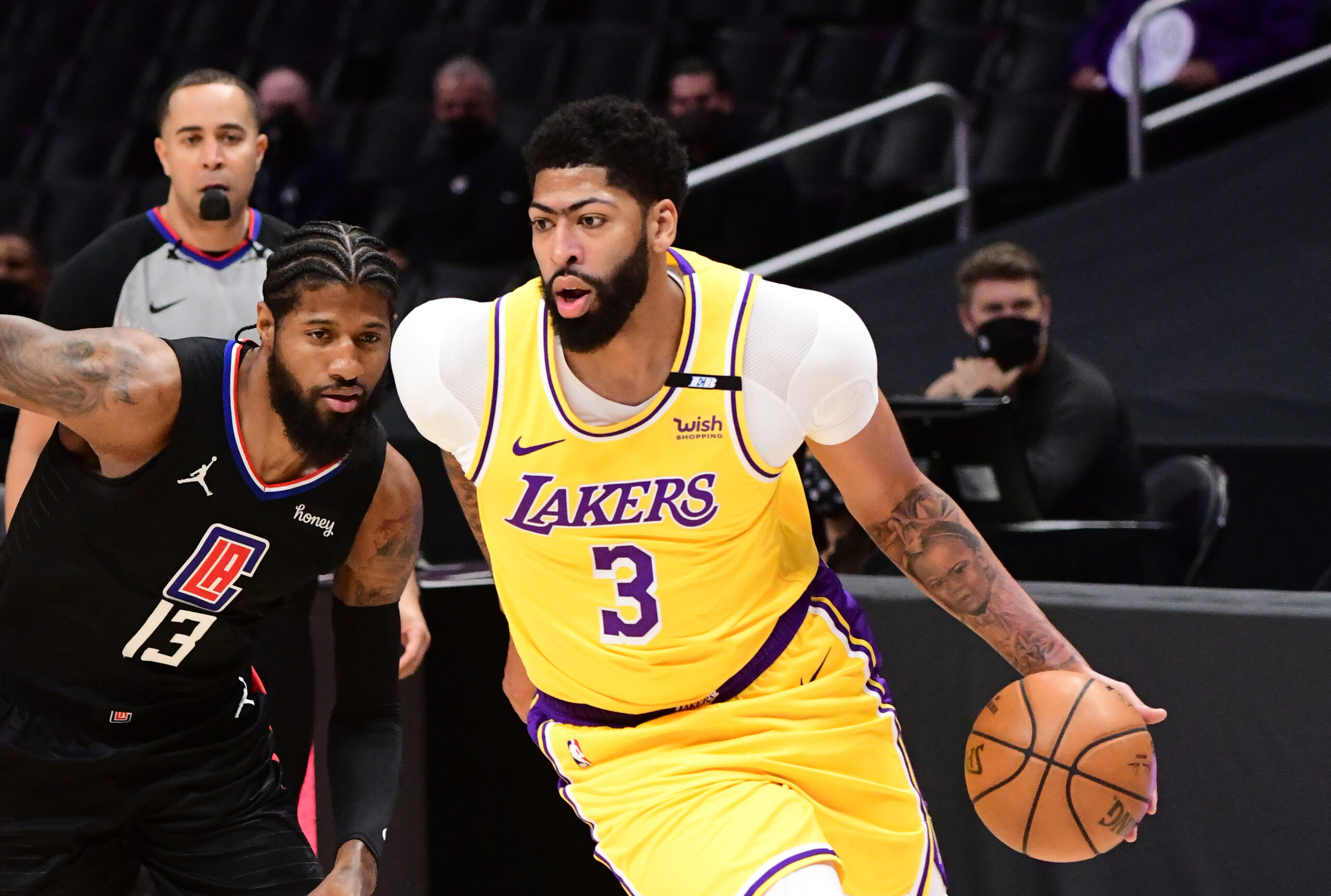 With LeBron away from the team, Anthony Davis exits Lakers-Clippers with back spasms