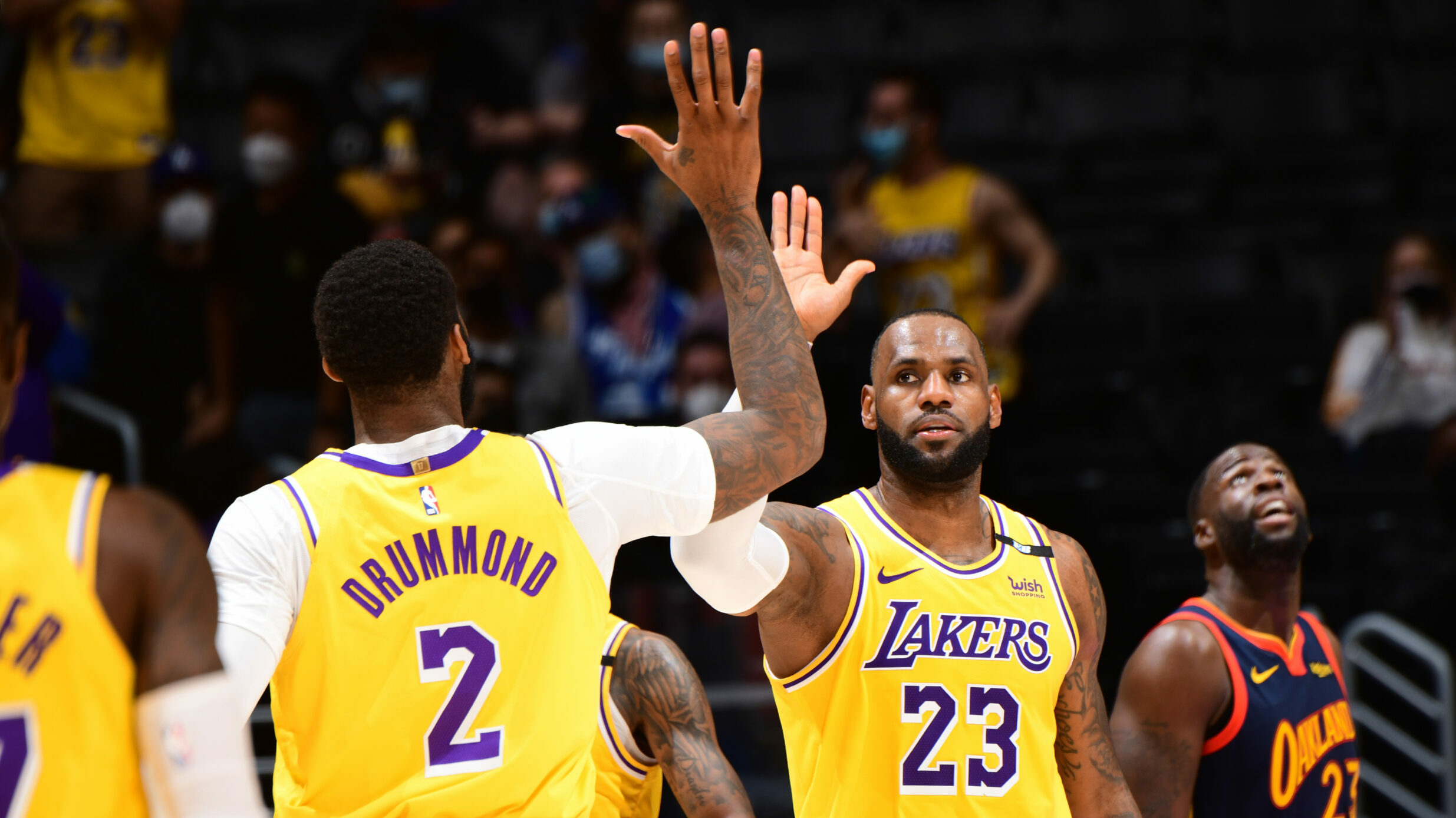 LeBron comes through with clutch 3 to send Lakers into playoffs