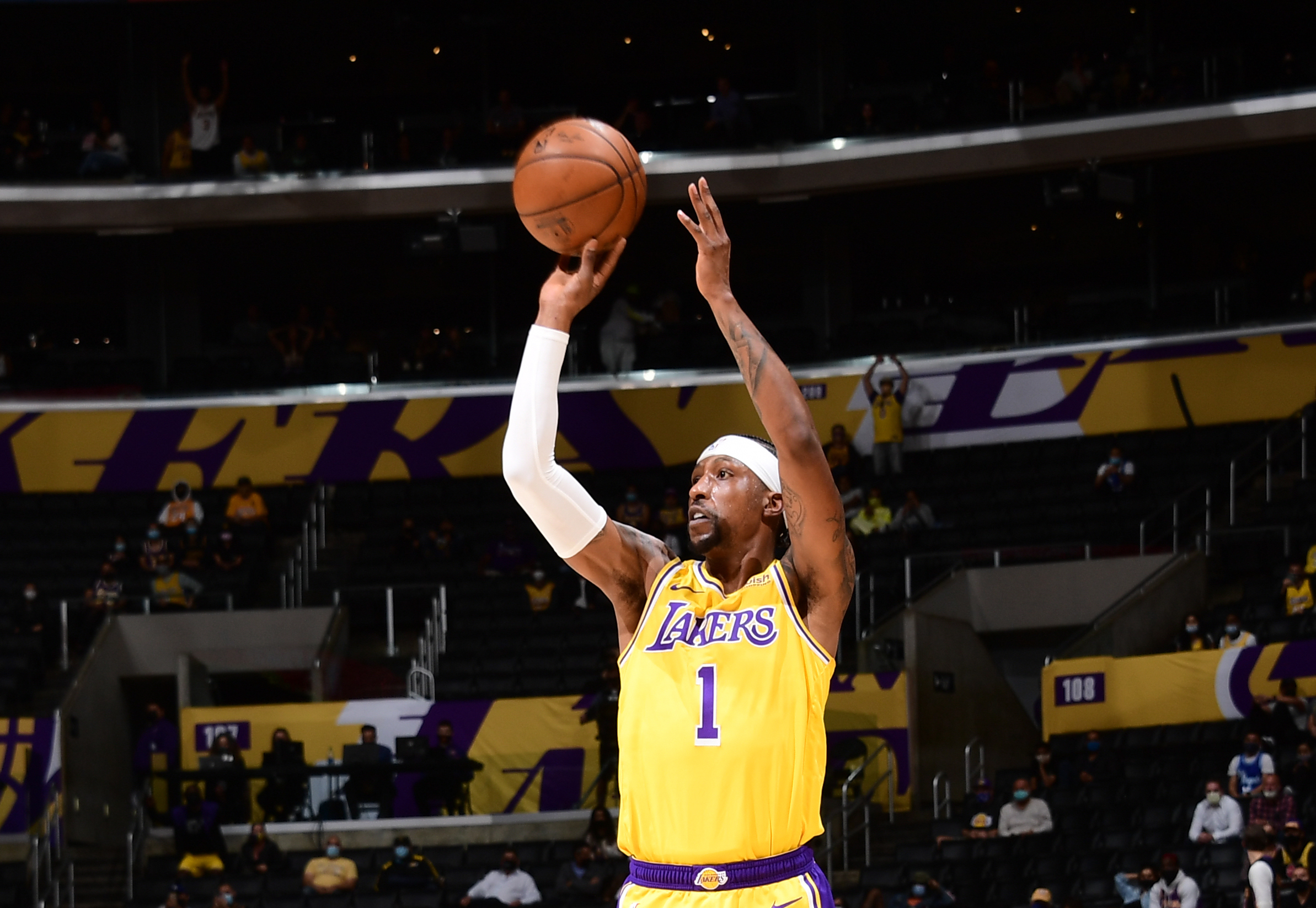 Lakers' Caldwell-Pope has knee bruise, no structural damage