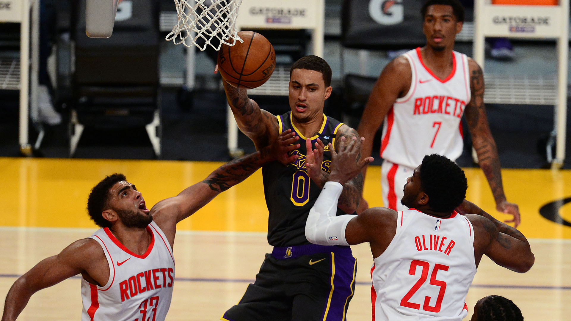 On banner night, short-handed Lakers eye 3rd straight win