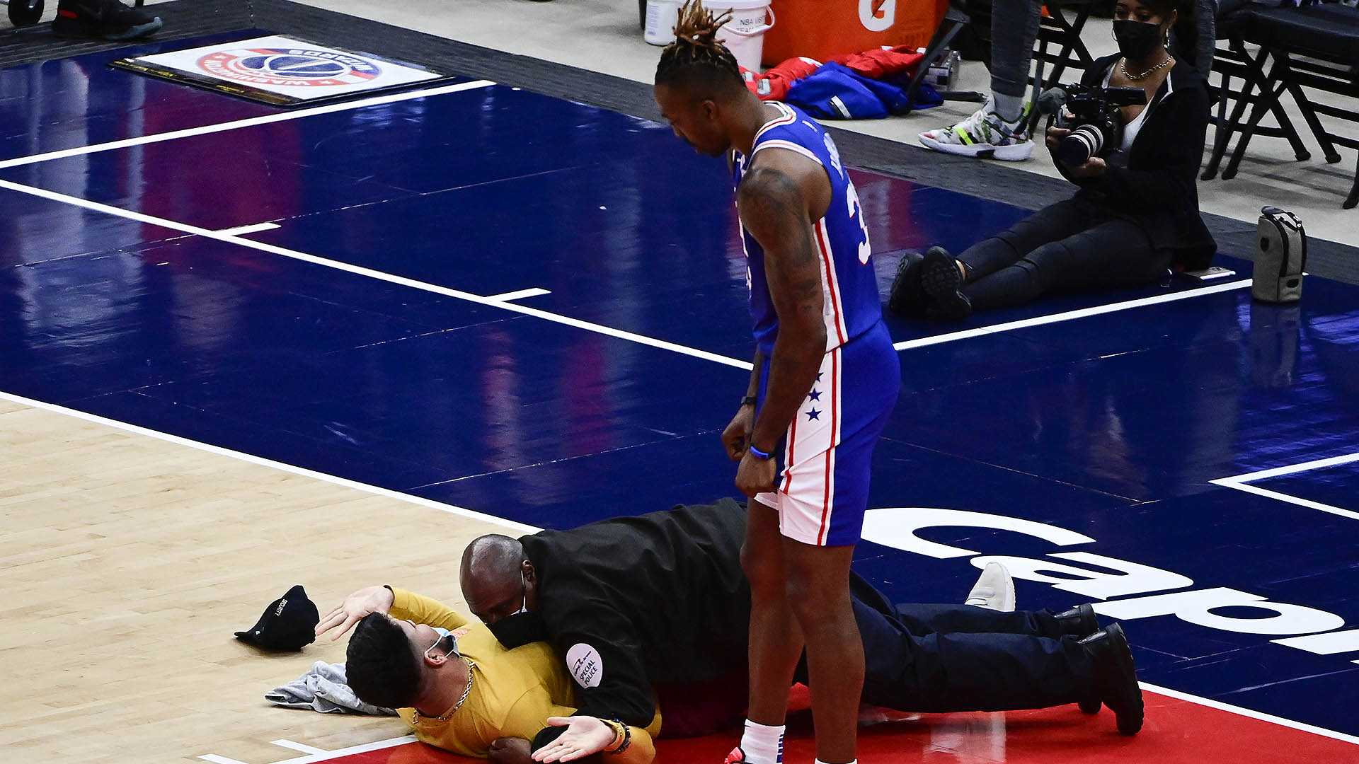 Fan runs on to court during Game 4 of 76ers-Wizards