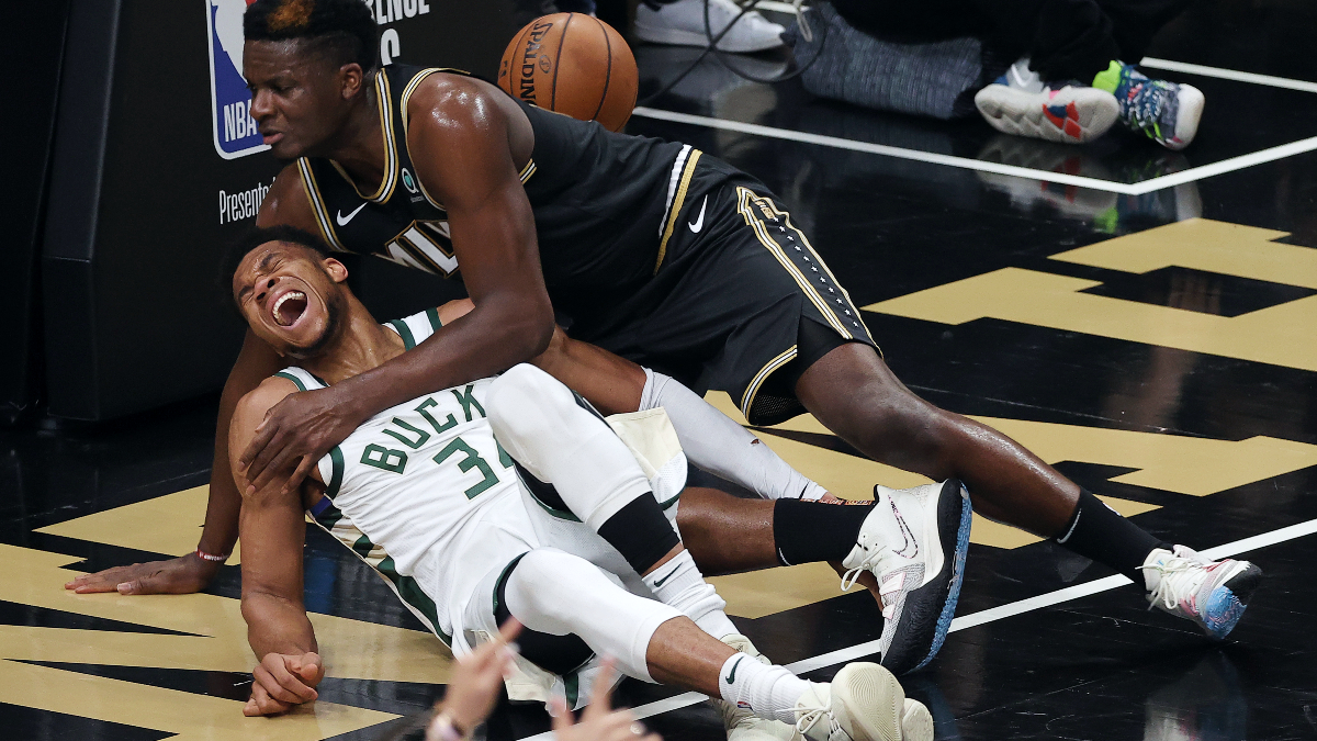 Giannis Antetokounmpo exits Game 4 with hyperextended left knee