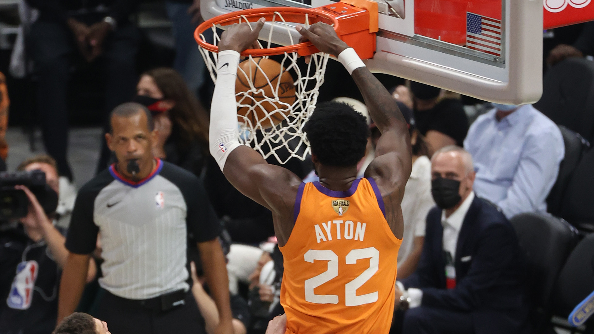Chris Paul throws perfect alley-oop to Deandre Ayton