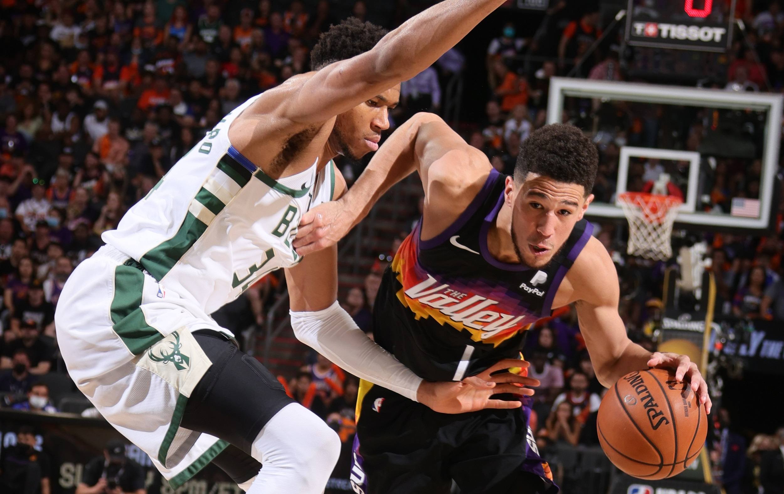 Suns withstand Giannis' onslaught to grab 2-0 lead