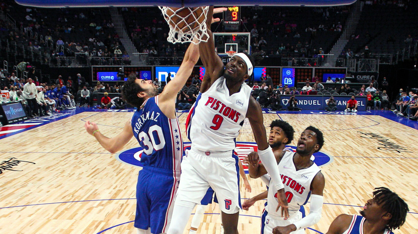 Jerami Grant posterizes defender with one-handed slam