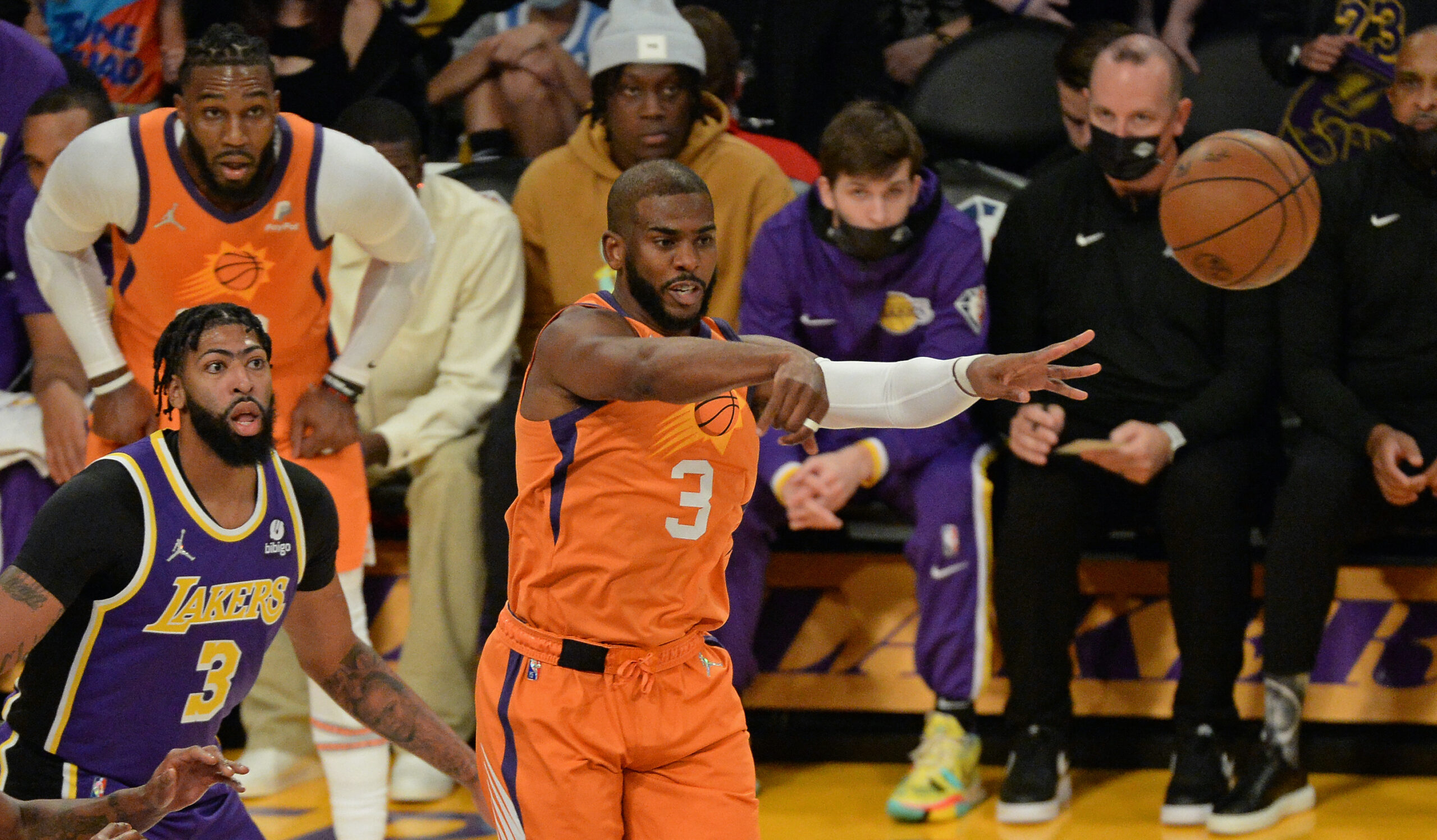 Paul, Suns keep Lakers winless in playoff rematch
