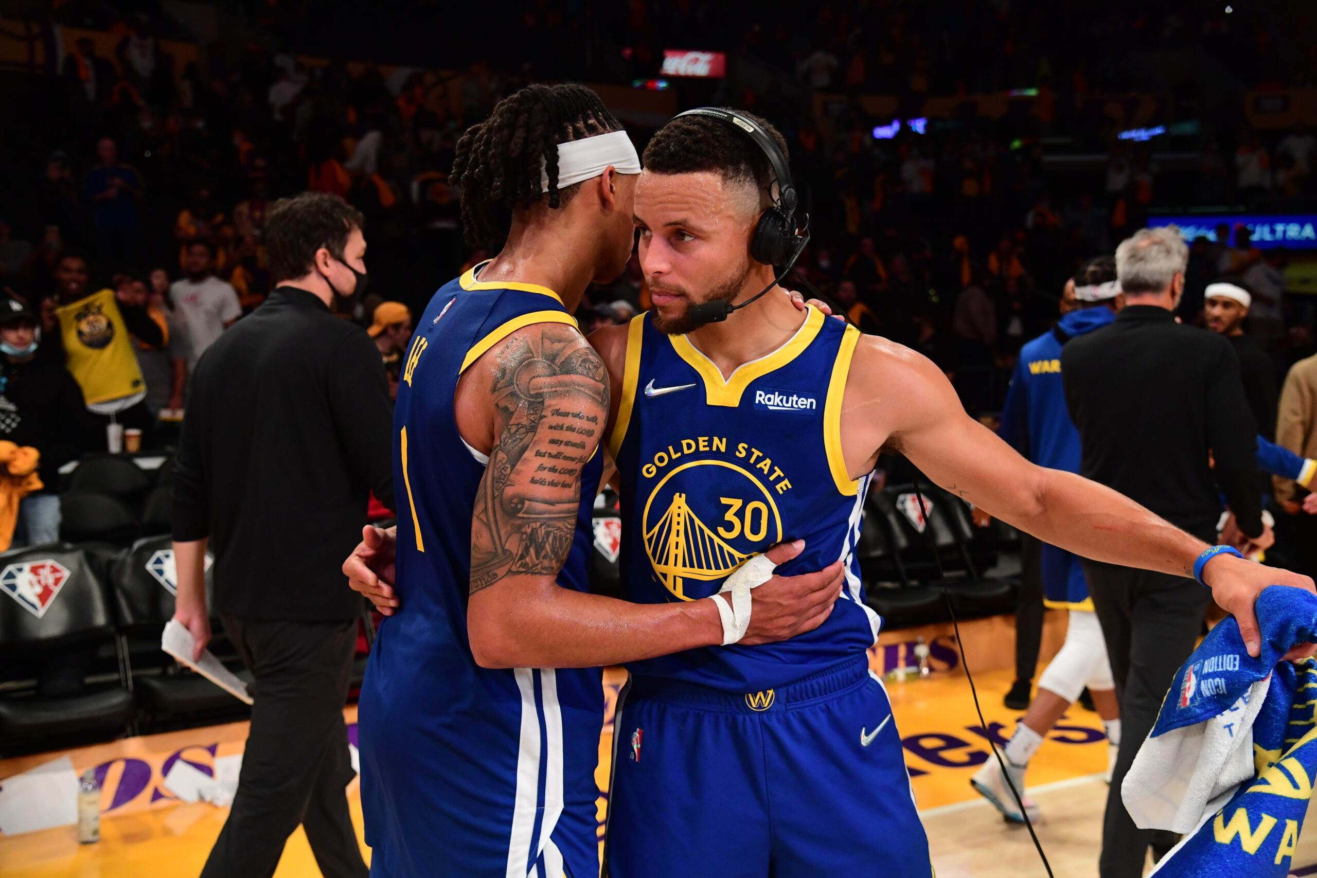 Curry shines as Warriors' supporting cast outplays L.A.