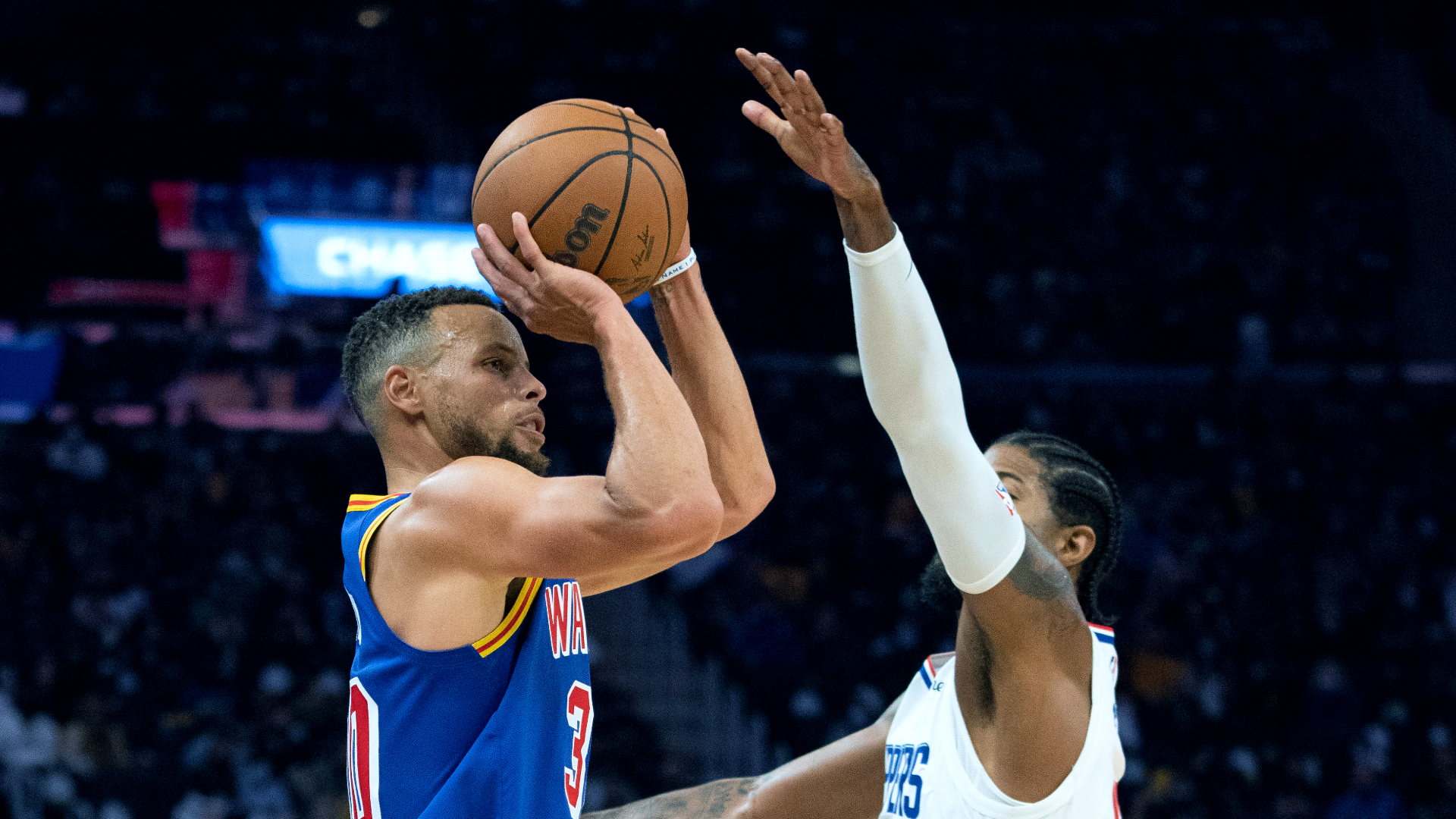 Curry scores 45 as Warriors hold off Clippers' rally