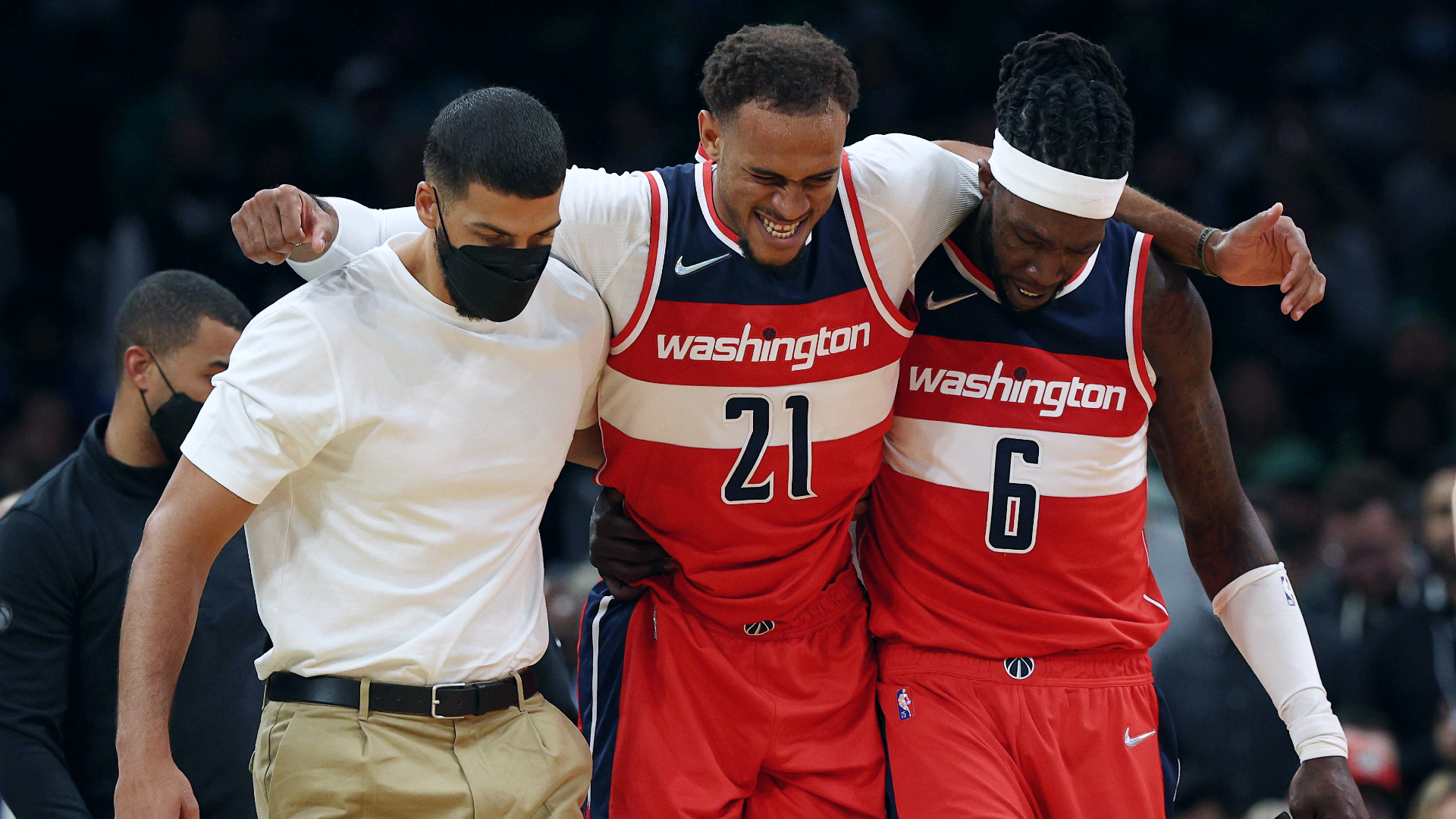 Wizards center Daniel Gafford leaves with right quad injury