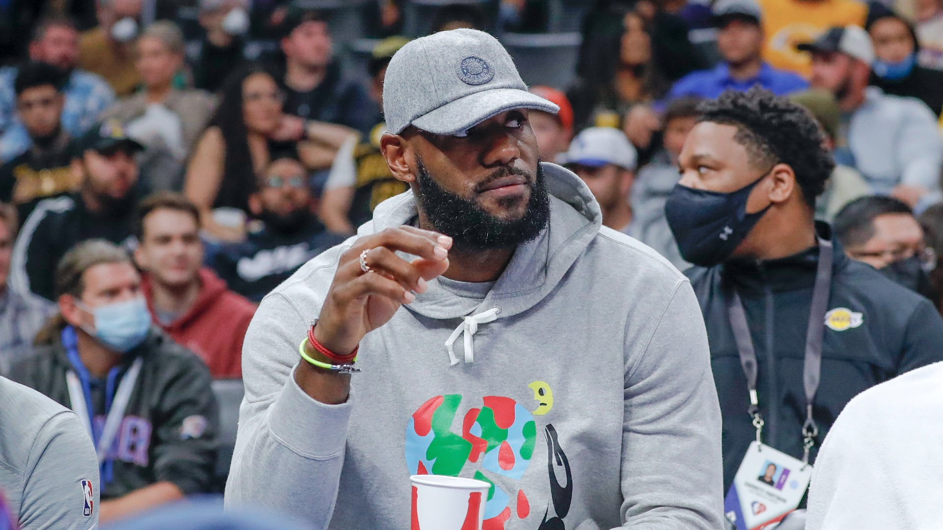 LeBron James misses 2nd consecutive game with sore right ankle