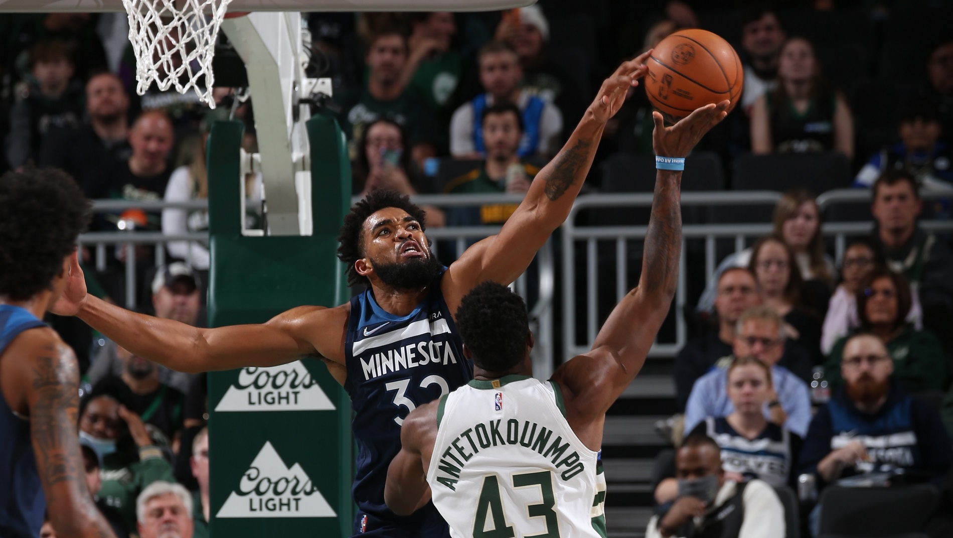 Star trio leads Wolves to upset of defending champs