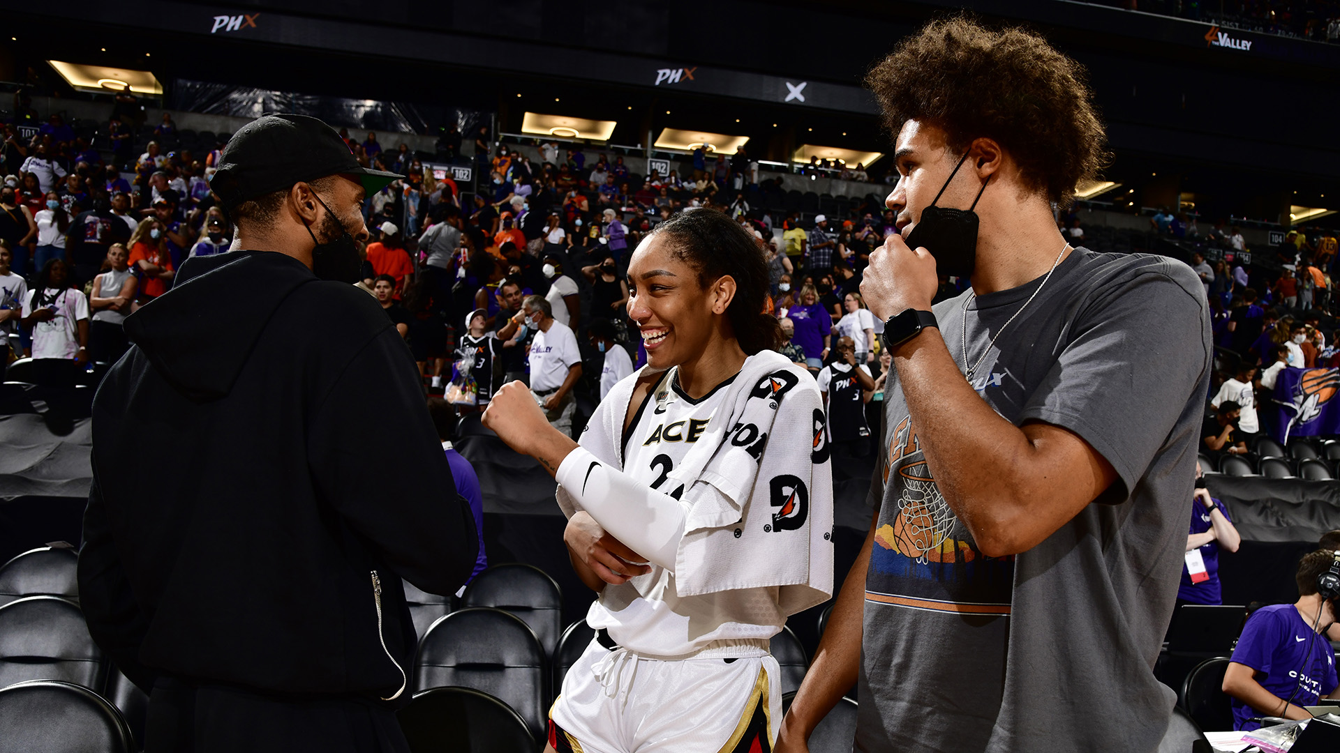 Photos: Chicago Bulls, Phoenix Suns support Sky and Mercury in WNBA semifinals